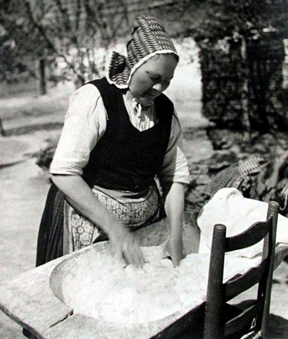 Teknőben dagasztó asszony